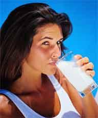 bebendo leite