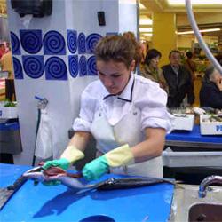 limpando peixe